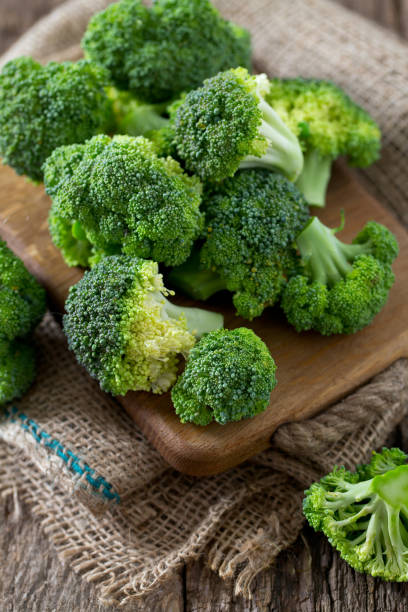 Frischer Brokkoli auf Holzuntergrund – Foto