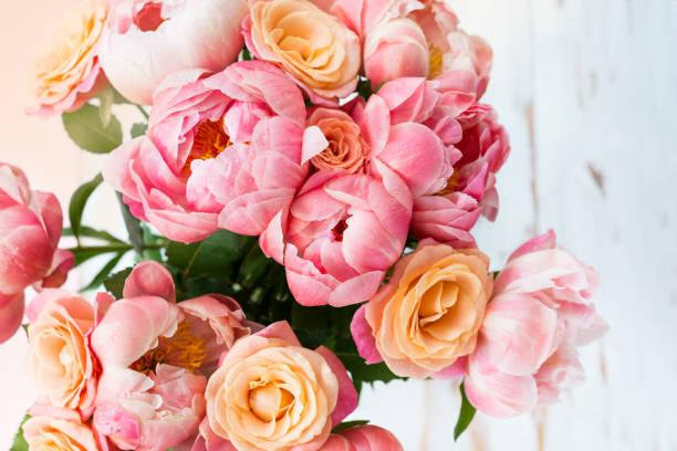 verse bos van roze pioenrozen en rozen - boeket stockfoto's en -beelden