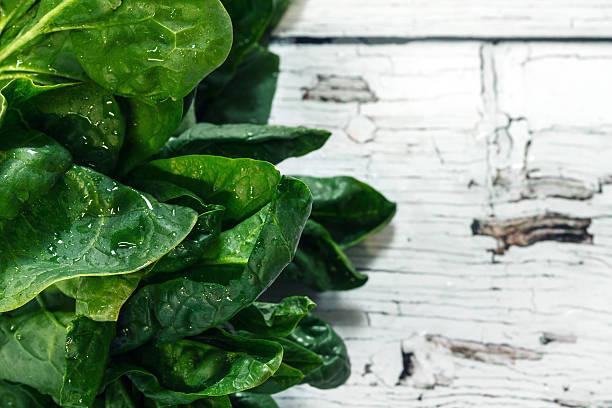 frische haufen von spinat - tropfenblatt tisch stock-fotos und bilder