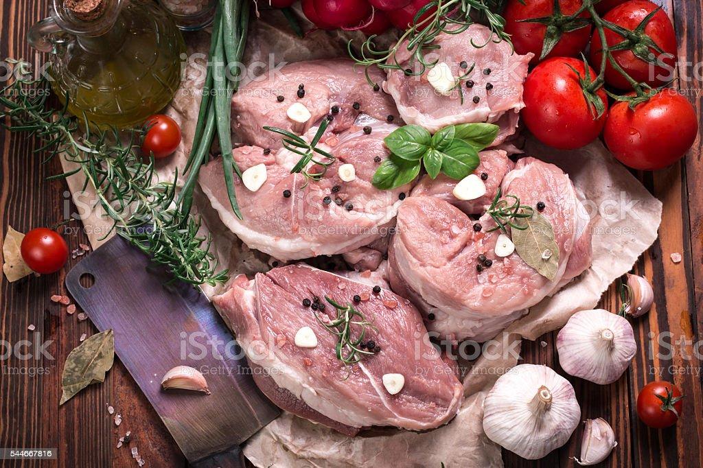 Frische Metzger Schneiden garniert mit Fleisch Auswahl frischer Rosmarin – Foto