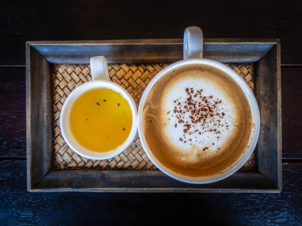 Frisches Café, liebevoller Kaffee. Tasse frischen Cappuccino – Foto