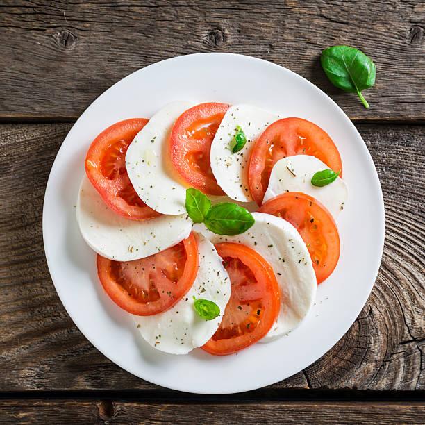 frische caprese-salat - caprese salat stock-fotos und bilder