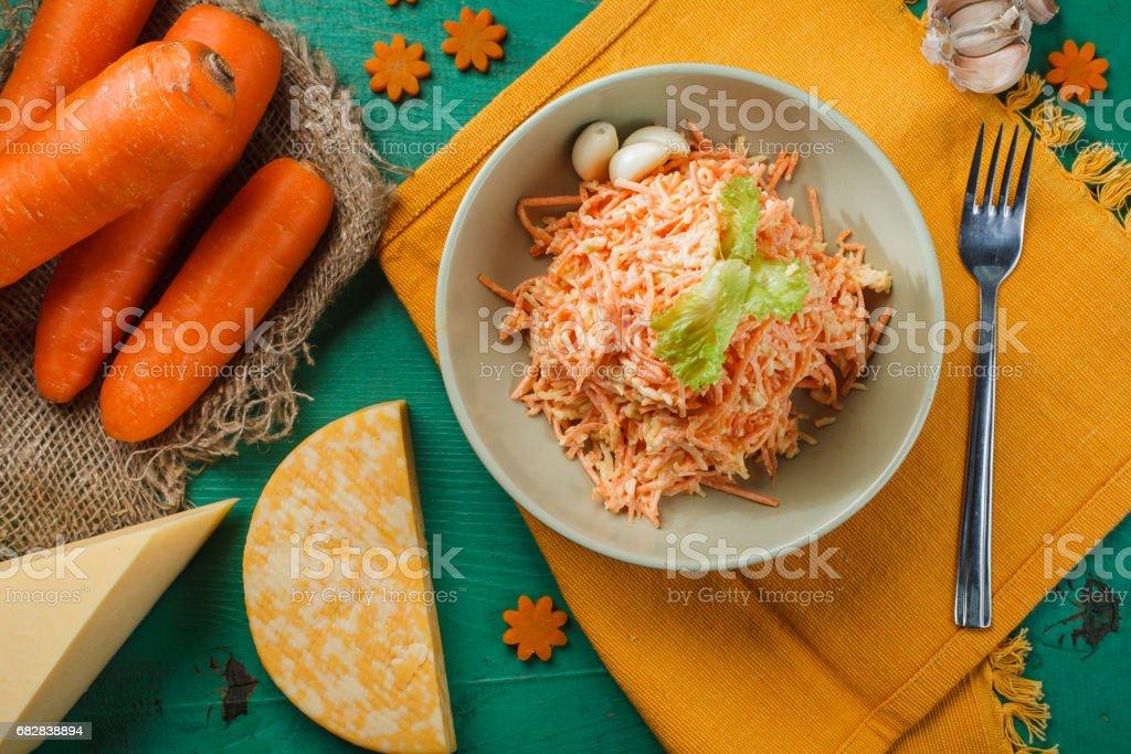 Frischen Karotten-Salat mit Knoblauch und Käse Lizenzfreies stock-foto