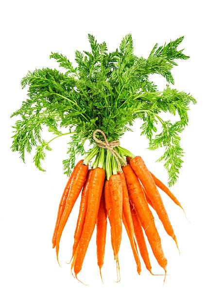frische karotten mit grünen blättern. gemüse. speisen - bund stock-fotos und bilder