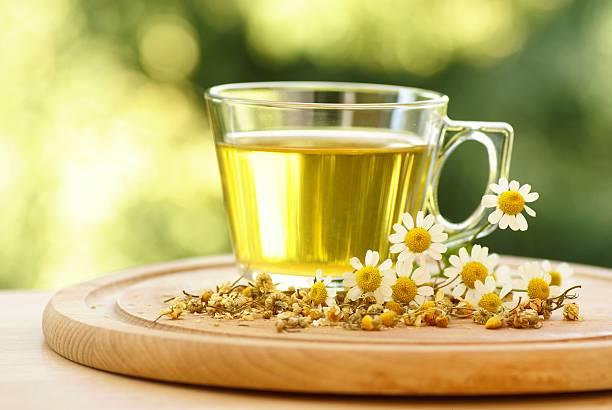 świeże herbata rumiankowa - herbata ziołowa zdjęcia i obrazy z banku zdjęć