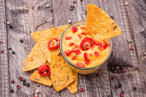 frischer käse soße mit nachos - wurst käse dips stock-fotos und bilder