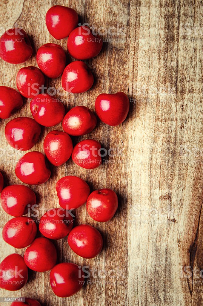 Fresh cherries on a wooden table foto royalty-free