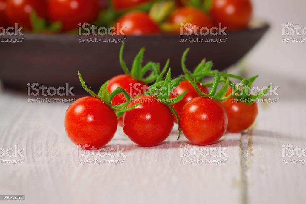 Verse kers tomaat op witte houten tafel closeup van mooie cherry