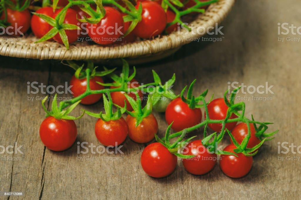 Verse kers tomaat op de houten mand closeup van mooie cherry tomaat