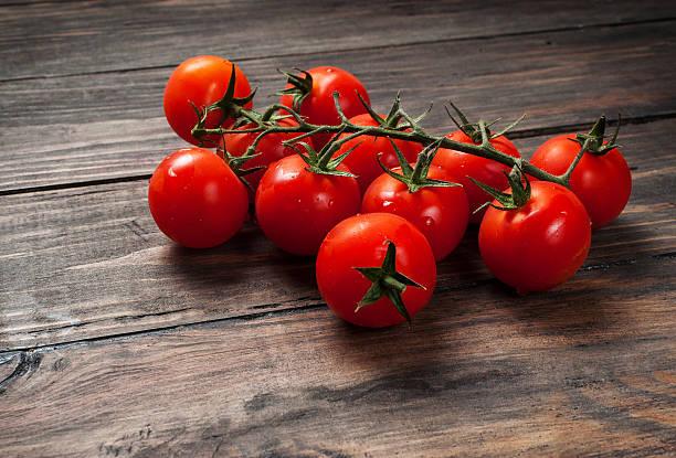 fresh cherry tomatoes on wood background - körsbärstomat bildbanksfoton och bilder