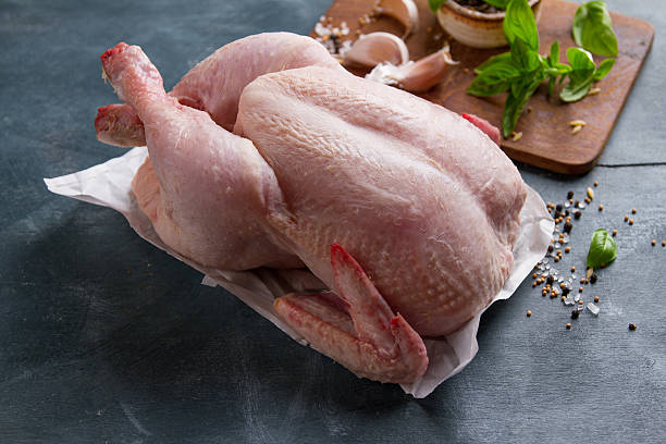 Fresh chicken with spices on vintage background - foto de stock