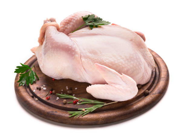 verse kip met kruiden op houten plaat - geheel stockfoto's en -beelden