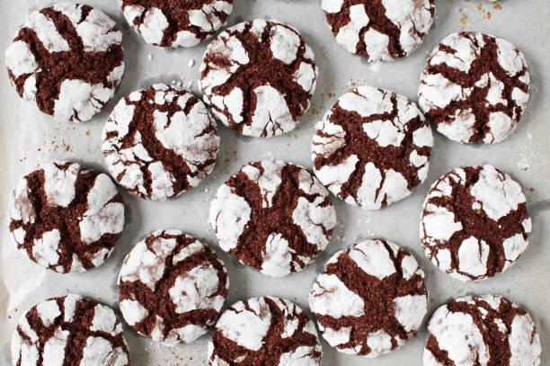 frischer-schokolade crinkle cookies - schokoladenplätzchen stock-fotos und bilder