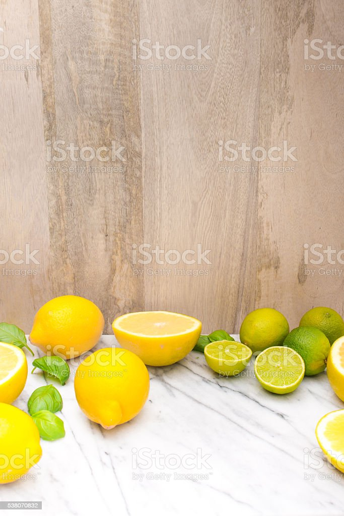 Fresh citrus fruits on marble tablebefore wooden wall. – Foto