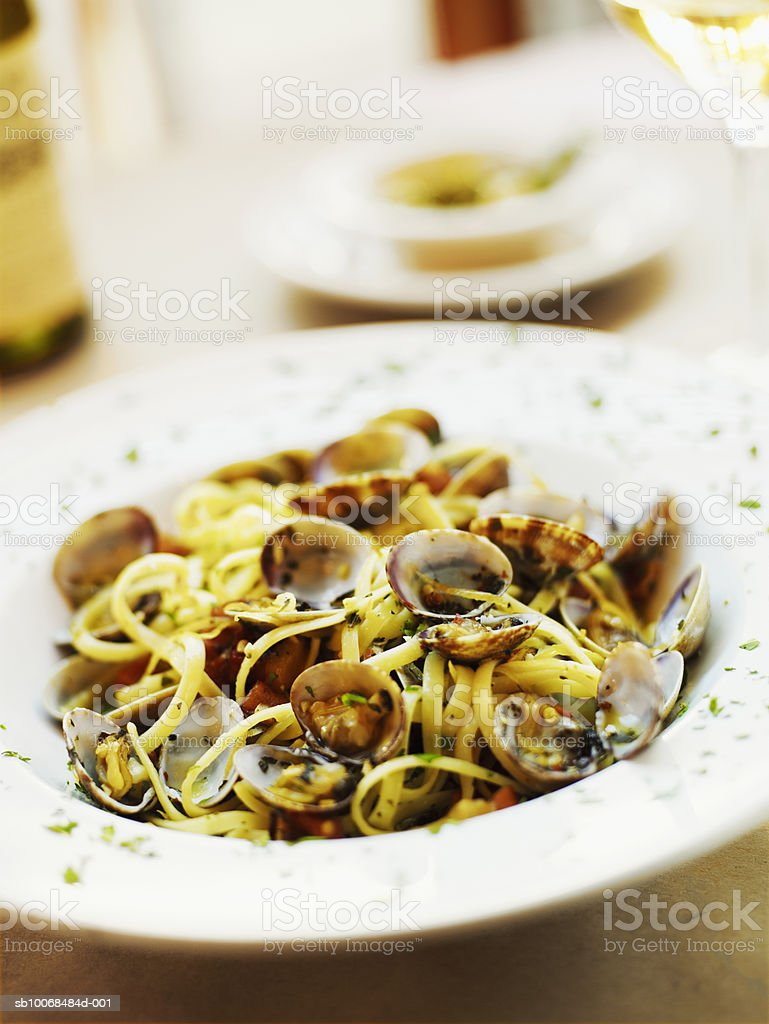 Fresh clams, pancetta in plate on table, close-up photo libre de droits