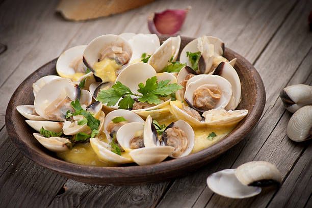 fresh cockle clams (venus, meretrix) with wine sauce. portuguese - varmrättssås bildbanksfoton och bilder