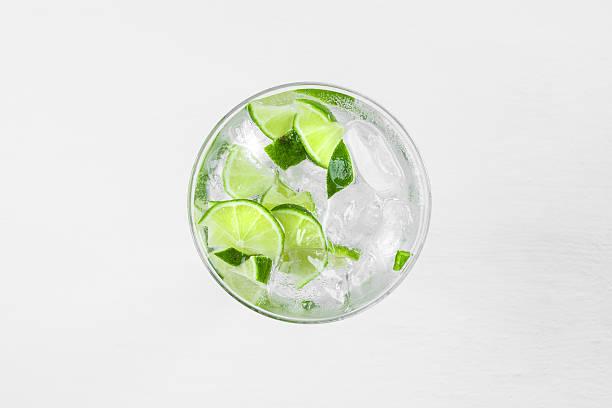cocktail fresco con fette di lime - foto stock