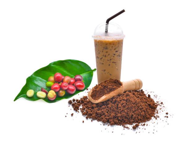 frischen kaffee samen, kaffeepulver und eiskaffee isoliert auf weißem hintergrund - schokolade gebratene kuchen stock-fotos und bilder