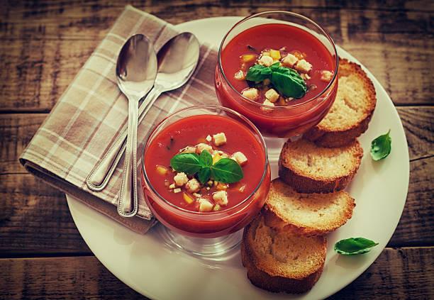 frische kalte gazpacho - kalte tomatensuppe stock-fotos und bilder