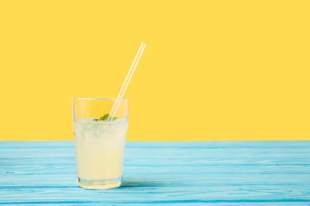 청록색 나무 테이블 상단에 빨 대를 마시는 유리에 신선한 차가운 여름 음료 - 레모네이드 뉴스 사진 이미지