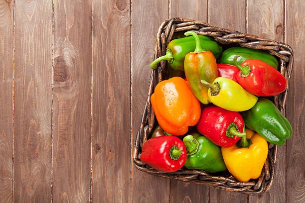 frische bunte paprika in der schachtel - grüne paprikaschoten stock-fotos und bilder