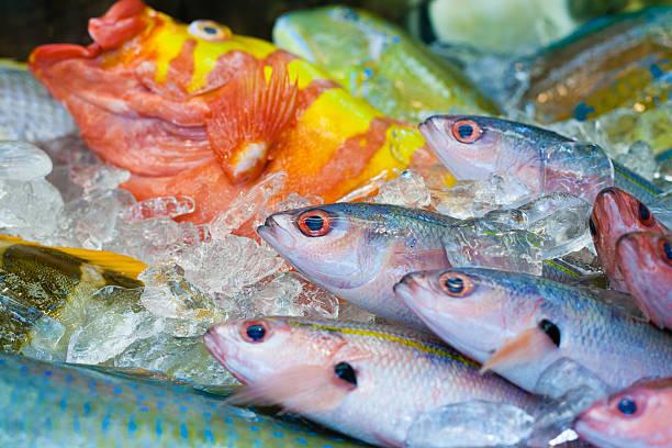 新鮮で鮮やかな魚市、沖縄県、日本 - 魚 ストックフォトと画像