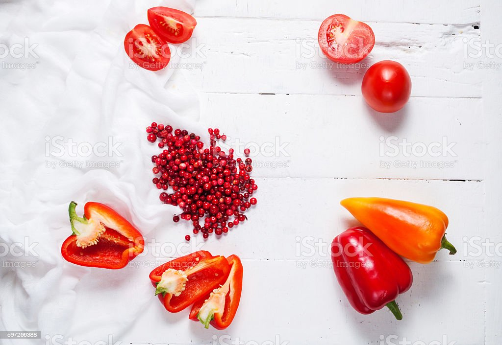 Fresh cowberry, tomatoes and pepper on a white wooden table Lizenzfreies stock-foto