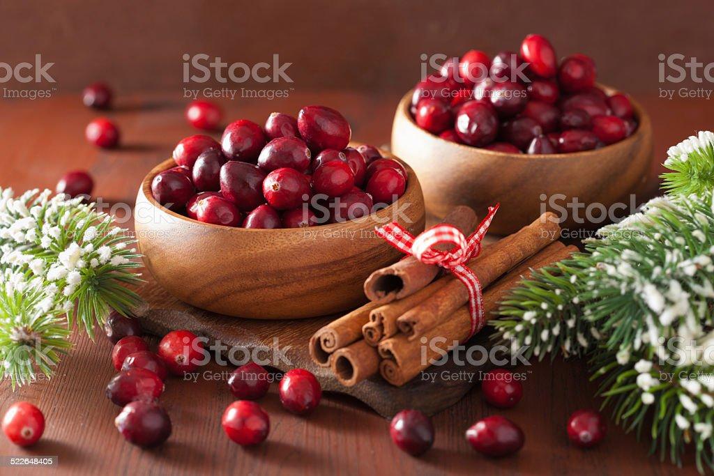 Arándano rojo fresco en madera de invierno y tazones, decoración - Foto de stock de Alimento libre de derechos