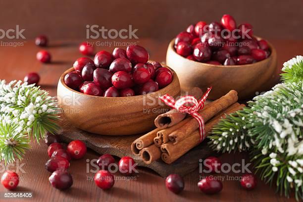 Arándano Rojo Fresco En Madera De Invierno Y Tazones Decoración Foto de stock y más banco de imágenes de Alimento