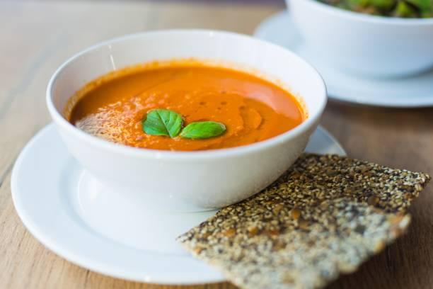 frische, cremige tomatensuppe mit basilikum - hausgemachte tomatensuppen stock-fotos und bilder