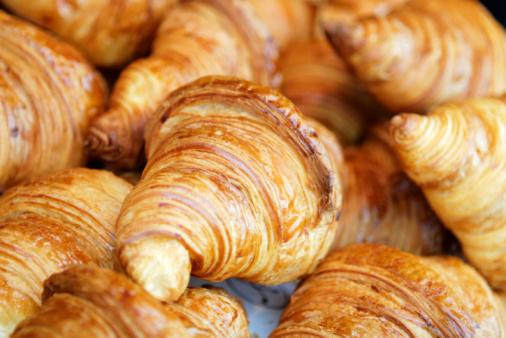 Recién Croissant Foto de stock y más banco de imágenes de Al horno