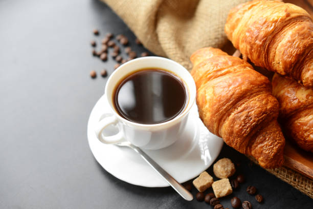 Fresh croissants and coffee - foto stock