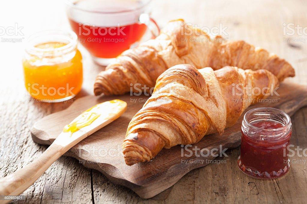 Croissant freschi per la prima colazione con marmellata - foto stock