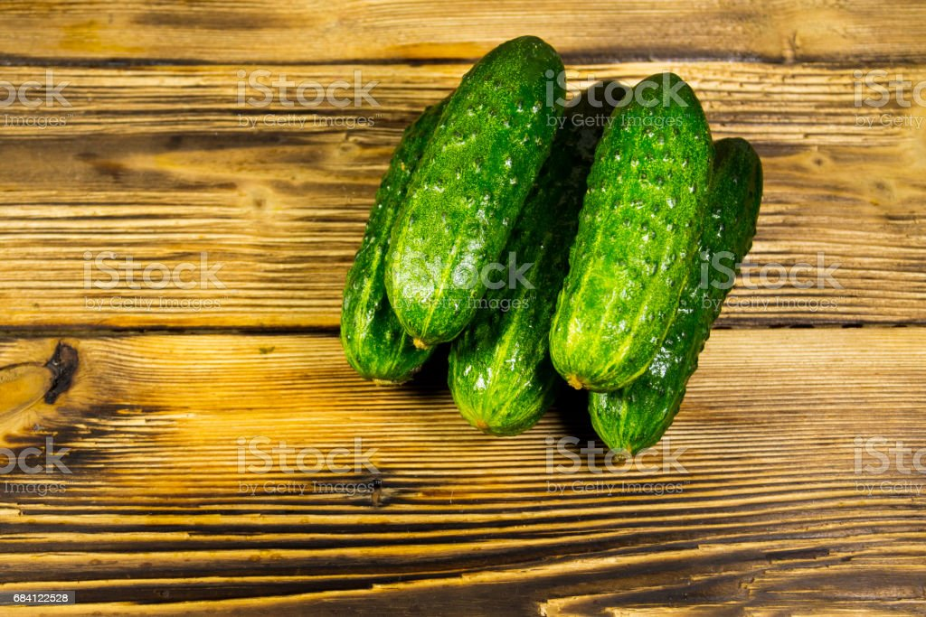 Fresh cucumbers on wooden table foto stock royalty-free
