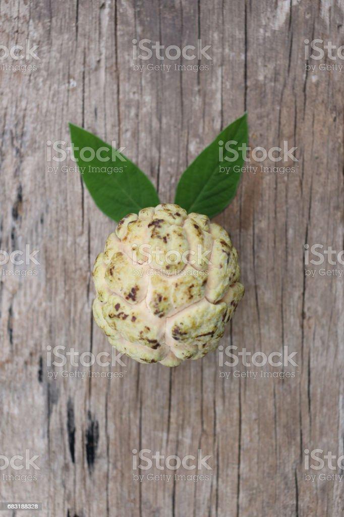 신선한 커스터드 애플 또는 오래 된 나무 바닥에 설탕 애플. royalty-free 스톡 사진