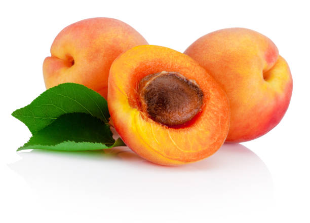 Frisch geschnittene Aprikosen Früchte mit Blatt isoliert auf weißem Hintergrund – Foto