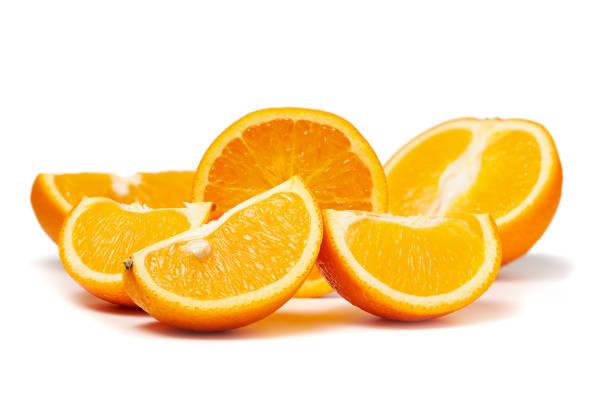 Frisch geschnitten orange Früchte Makro Foto isoliert auf weißem Hintergrund – Foto
