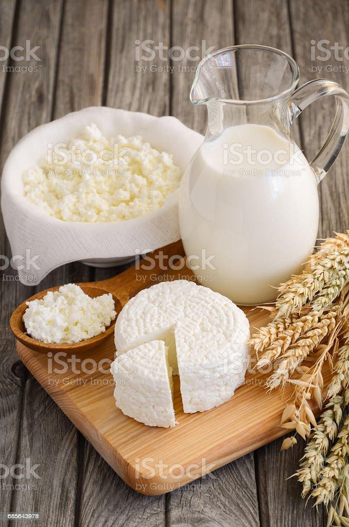 新鮮な乳製品。ミルクと木製の背景にカッテージ チーズ。 ロイヤリティフリーストックフォト