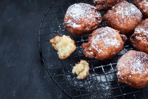 frische leckere hausgemachte warme apfel fritten auf dunkel - hausgemachte gebackene donuts stock-fotos und bilder