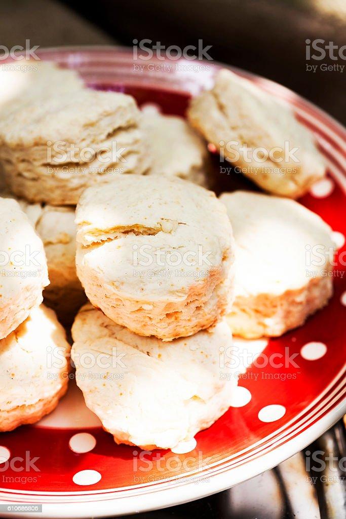 Fresh delicious scones on plate – Foto