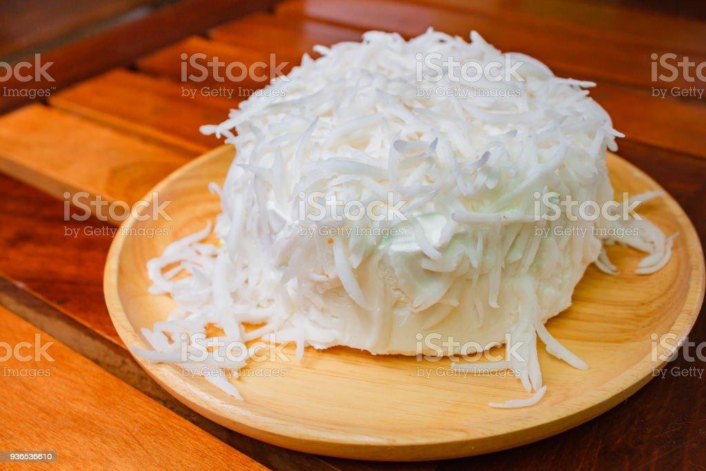 Sobremesa fresca de bolo de coco em fundo de madeira. - foto de acervo