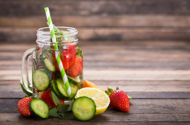 eau de désintoxication frais avec concombre et fraises - infusion pamplemousse photos et images de collection