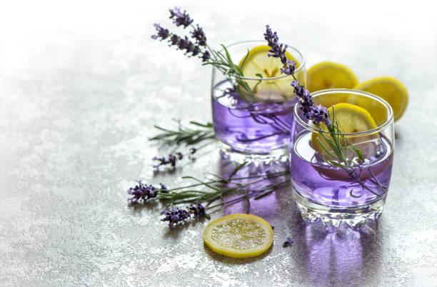 erfrischenden drink zitrone lavendel blumen sommer limonade - küche lila stock-fotos und bilder