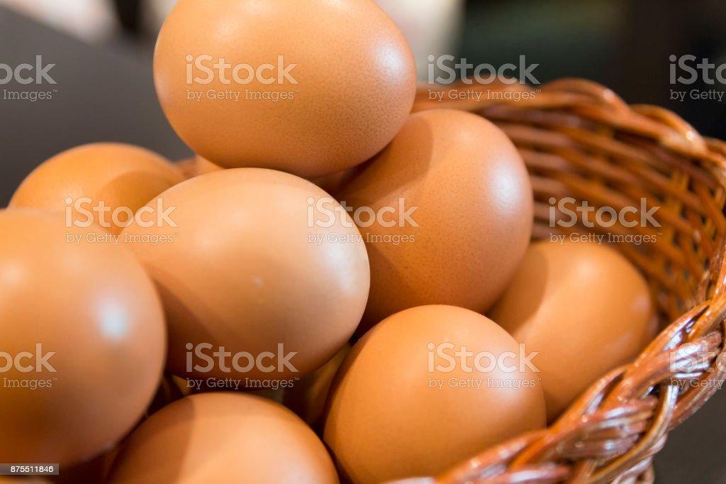 Frische Eier in einem Korb – Foto