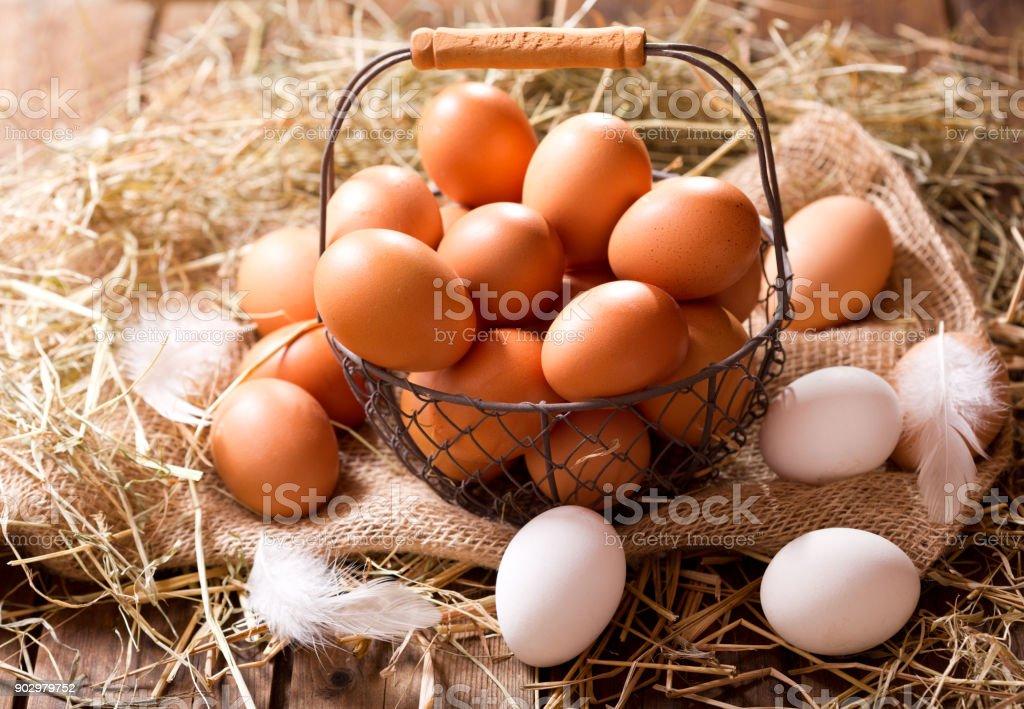 Canastilla Mas.Huevos Frescos En Una Canastilla Foto De Stock Y Mas Banco