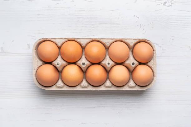 verse eieren in de papierlade op witte oppervlakte b - chicken bird in box stockfoto's en -beelden