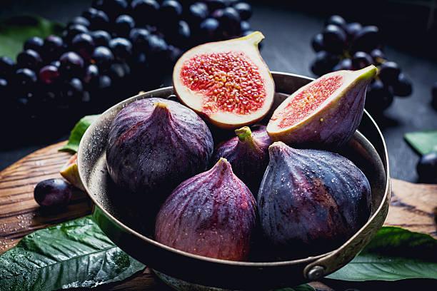 fresh figs, close up - figue photos et images de collection