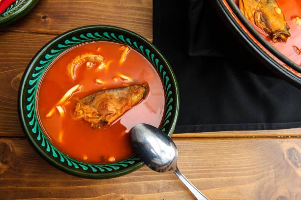 frische fischsuppe in bowl(baja,hungary) - ungarn stock-fotos und bilder