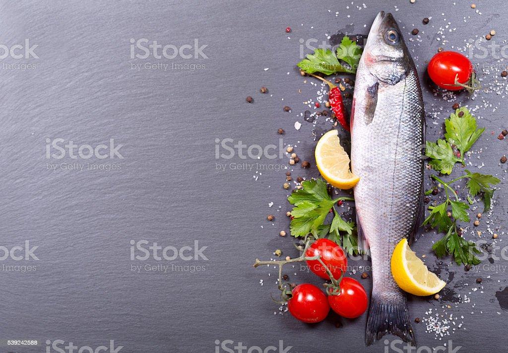 Pescado fresco y verduras y especias foto de stock libre de derechos
