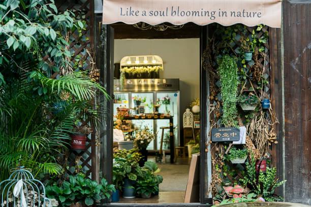 fleurs fraîches à l'extérieur de la boutique de fleuriste - fleuriste photos et images de collection